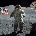 американський астронавт на місяці